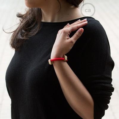 Narukvica iz tekstilnog kabela RM09, crvena. Drveni podesivi držač. Izrađeno u Italiji.