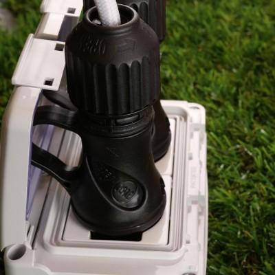 Crna Schuko utičnica s prstenom 16A 250V IP44 za EIVA sistem vanjske rasvjete